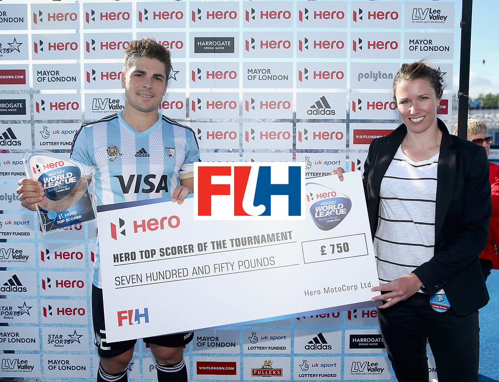 LONDON, ENGLAND - JUNE 25:  Gonzalo Peillat of Argentina is presented with his top scorer trophy and cheque after the final match between Argentina and the Netherlands on day nine of the Hero Hockey World League Semi-Final at Lee Valley Hockey and Tennis Centre on June 25, 2017 in London, England.  (Photo by Alex Morton/Getty Images)