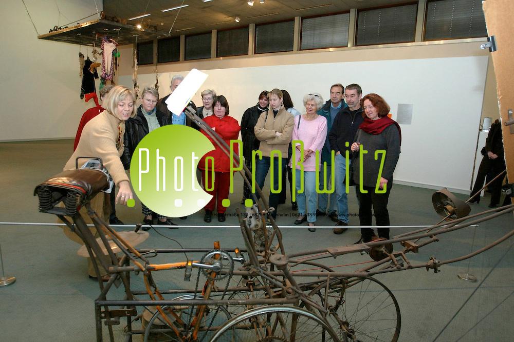 Mannheim. Kunsthalle. Tinguely. F&uuml;hrungen durch die Ausstellung. / Mit der alten OEG durch die Stadt.<br /> <br /> Bild: Pro&szlig;witz