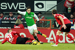 21.02.2010, Weserstadion, Bremen, GER,  1. FBL,  Werder Bremen vs Bayer 04 Leverkusen, im Bild Mesut Özil (Oezil Werder #11), der zu spät kommende Arturo Vidal (Bayer 04 #23) und Manuel Friedrich (Bayer 04 #05).EXPA Pictures © 2010, PhotoCredit: EXPA/ nordphoto/ Arend / for Slovenia SPORTIDA PHOTO AGENCY.