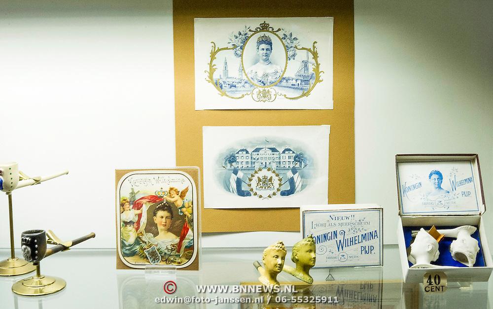 In het Amsterdam Pipe Museum (voorheen Pijpenkabinet) aan de Prinsengracht te Amsterdam, wordt van 3 april tot en met 15 juni 2013 de tentoonstelling '200 jaar Koninkrijk, Oranje en de pijpenmakerij' gehouden. Het belicht de relatie van de Oranjes met de vaderlandse pijpenmakerij. Portretten op pijpen, souvenirs en uniek fotomateriaal wordt getoond ter gelegenheid van de abdicatie van koningin Beatrix.  Op de foto: accessoires ter gelegenheid van de inhuldiging koningin Wilhelmina.