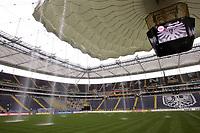 Fotball<br /> Bundesliga Tyskland<br /> Foto: imago/Digitalsport<br /> NORWAY ONLY<br /> <br /> 01.10.2005 <br /> <br /> Duschen in der Frankfurter Commerzbank Arena - das Stadiondach hält den Wassermassen nicht stand