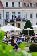 Schloss Wackerbarth, Menschen im Barockgarten, Radebeul, Sachsen, Deutschland.|.Wackerbarth Castle, Radebeul, Saxony, Germany.