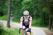 Bij de Soesterduinen in Soest rijdt een jongen op een Look racefiets met een lege colafles in zijn handen.<br /> <br /> At the Soesterduinen near Soest a young man is riding a road bike holding an empty coke bottle in his hands.