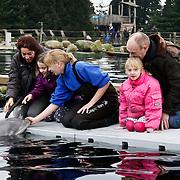 NLD/Harderwijk/20100320 - Opening nieuwe Dolfinarium seizoen met nieuwe show, Marjolein Keuning en Henk Poort met hun kinderen spelen met de dolfijn