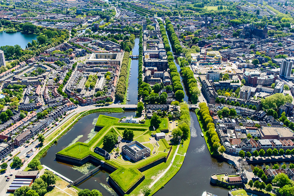 Nederland, Noord-Brabant, Den Bosch, 13-05-2019; Citadel van 's-Hertogenbosch, voormalig fort. De rivieren Aa, Dommel, Dieze en de Zuid-Willemsvaart komen rond het bastion samen.  Zuid-Willemsvaart in zuidelijke richting.<br /> Citadel of 's-Hertogenbosch, former fort, confluence of rivers en canal.<br /> <br /> luchtfoto (toeslag op standard tarieven);<br /> aerial photo (additional fee required);<br /> copyright foto/photo Siebe Swart