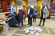 Nederland, Nijmegen, 19-3-2014Bij het stembureau in het informatiecentrum van de gemeente wordt om 21.00 uur de stembus geleegd en de stemmen, stembiljetten, geteld met extra vrijwilligers. Per partij wordt een stapel gemaakt. Het tellen van de stemmen is openbaar, maar er komt maar zelden iemand naar kijken.Foto: Flip Franssen/Hollandse Hoogte