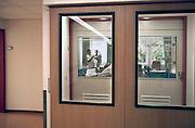 Nederland, Nijmegen, 10-9-2009Patient met kanker ligt in een isolatie kamer van het radboud ziekenhuis. Dit om zo min mogelijk met bacterien van buiten in aanraking te komen. Een verpleegkundigen verzorgt een patient die in isolatie ligt. De kamer is gescheiden met de afdeling door een sluis.Foto: Flip Franssen
