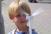 Renewable Energy. Auf der Umweltmesse ÖXPO in Lüchow-Dannenberg betrachtet dieser Junge ein Windradmodell, dass durch Solarstrom angetrieben wird.