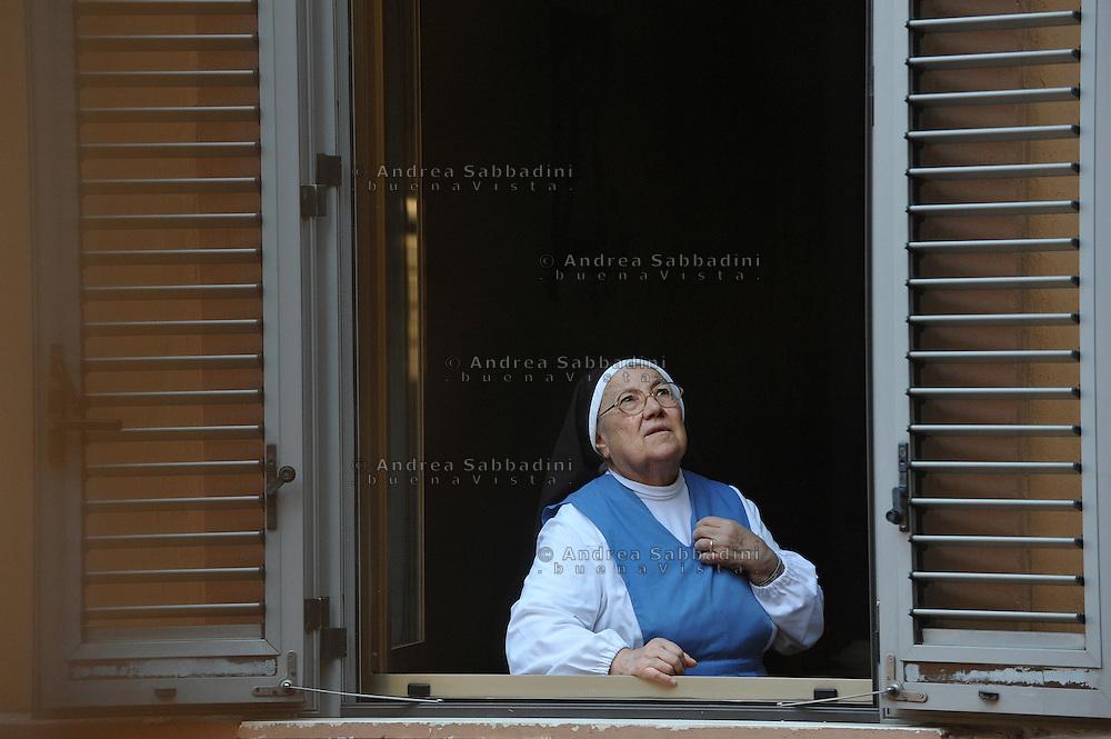 Roma, 12/10/2012: Suora alla finestra del collegio di Sant'Anna<br /> &copy;Andrea Sabbadini