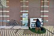 Nederland, Nijmegen, 4-2-2015 De piano in het treinstation wordt goed gebruikt. In Nijmegen kwam het instrument er dankzij het particuliere initiatief Buiten Spelen . Een spontaan pianoconcert zorgt voor een positieve sfeer op een station volgens de initiatiefneemster.FOTO: FLIP FRANSSEN/ HOLLANDSE HOOGTE