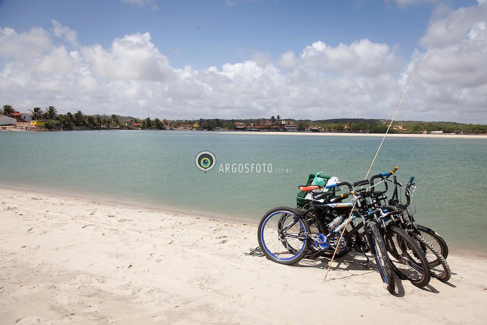 Bicicletas com utensilio de pesca paradas em Barra do Rio Ceara Mirim, Genipabu para Pitangui. / Bycicles with fishing rod in Barra do Rio Ceara Mirim, Genipabu to Pitangui. Rio Grande do Norte, Brasil - 2013