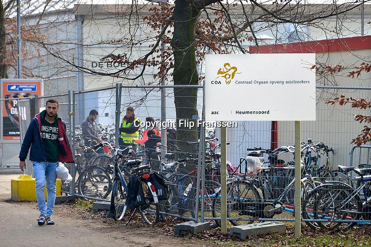 Nederland, the Netherlands, Nijmegen, 4-11-2015Kamp, tentenkamp Heumensoord, de tijdelijke noodopvang, azc, van het COA. Plaats voor 3000 asielzoekers. Mensen wandelen buiten. Door de zachte winter is het in de tenten nog niet zo koud. Bord bij de hoofdingang.FOTO: FLIP FRANSSEN