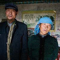 Liqian : Bauer Sun und seine Frau in ihrem Hof in der Naehe der neuen Roemersiedlung.
