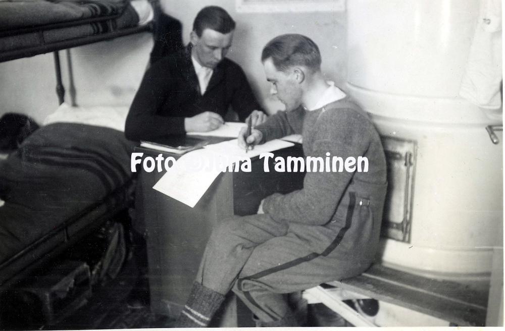HJK:n &amp; maajoukkueen pelaaja Armas Pyyn albumi. <br /> Valmistautumista talvisotaan. Vasemmalla kirjett&auml; kotiin kirjoittaa Armas Pyy. Kuva vuodelta 1939.