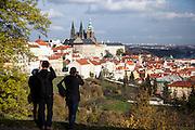 Die Prager Burg vom Strahov Kloster aus gesehen.