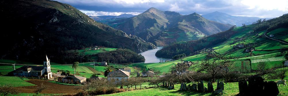 SPAIN, GALICIA, NORTH COAST The Navia River Valley, between Lugo and North Coast, Serandina village, the greenest area of Spain