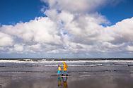 Europa, Niederlande, Zeeland, Mutter und Kind am Strand von Oostkapelle auf Walcheren. - <br /> <br /> Europe, Netherlands, Zeeland, mother and child at the beach in Oostkapelle on the peninsula Walcheren.