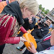 """NLD/Alkmaar/20180518 - Perspresentatie """"Nederland staat op tegen kanker"""" officiele start, Anita Witzier proeft een stukje kaas"""