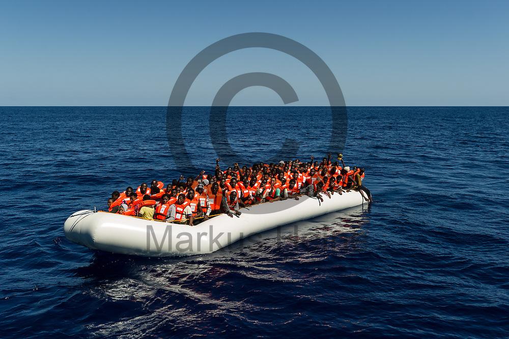 Ein Boot mit 119 Fluechtlingen liegt am 22.09.2016 vor dem Fluechtlingsrettungsboot Sea-Watch 2 in internationalen Gewaessern vor der libyschen Kueste. Foto: Markus Heine / heineimaging<br /> <br /> ------------------------------<br /> <br /> Veroeffentlichung nur mit Fotografennennung, sowie gegen Honorar und Belegexemplar.<br /> <br /> Publication only with photographers nomination and against payment and specimen copy.<br /> <br /> Bankverbindung:<br /> IBAN: DE65660908000004437497<br /> BIC CODE: GENODE61BBB<br /> Badische Beamten Bank Karlsruhe<br /> <br /> USt-IdNr: DE291853306<br /> <br /> Please note:<br /> All rights reserved! Don't publish without copyright!<br /> <br /> Stand: 09.2016<br /> <br /> ------------------------------