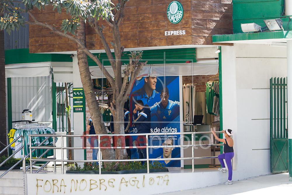 São Paulo (SP), 21/08/2014 - O muro da loja oficial do Palmeiras, na sede do clube, amanheceu pichado após a derrota de ontem (20/08) para o Sport  no Recife. A ofensa foi direcionada ao presidente do clube, Paulo Nobre. Com o resultado, o time caiu para a última posição do Campeonato Brasileiro. Foto: Anderson Rodrigues/Frame