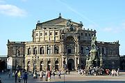 Dresden..Theaterplatz mit Semperoper und König-Johann-Denkmal