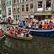 Nederland, Utrecht, 30-04-2012. Koninginnedag feestvierders varen door de Oudegracht in de binnenstad. FOTO: Gerard Til / Hollandse Hoogte