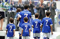 FUSSBALL   1. BUNDESLIGA   SAISON 2011/2012   33. SPIELTAG FC Schalke 04 - Hertha BSC Berlin                         28.04.2012 Raul (FC Schalke 04) mit seinen Kindern Marie (auf dem Arm) und Mateo, Hector, Hugo und Joprge (v.l.)