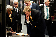 Koning Willem-Alexander is aanwezig bij de opening van de  tentoonstelling - De Tweede Wereldoorlog in 100 in de Kunsthal. In de expositie wordt aan de hand van honderd voorwerpen geschetst hoe mensen het dagelijks leven tijdens de Tweede Wereldoorlog beleefden. <br /> <br /> King Willem-Alexander attended the opening of the exhibition - World War II in 100 in the Kunsthal. The exhibition is based on hundreds of items outlined how people experienced the daily life during World War II.<br /> <br /> op de foto / On the photo: