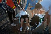 Damjan Zabovnik kruipt uit zijn fiets tijdens de ochtendwedstrijd op de vierde dag van de WHPSC. In Battle Mountain (Nevada) wordt ieder jaar de World Human Powered Speed Challenge gehouden. Tijdens deze wedstrijd wordt geprobeerd zo hard mogelijk te fietsen op pure menskracht. Ze halen snelheden tot 133 km/h. De deelnemers bestaan zowel uit teams van universiteiten als uit hobbyisten. Met de gestroomlijnde fietsen willen ze laten zien wat mogelijk is met menskracht. De speciale ligfietsen kunnen gezien worden als de Formule 1 van het fietsen. De kennis die wordt opgedaan wordt ook gebruikt om duurzaam vervoer verder te ontwikkelen.<br /> <br /> Damjan Zabovnik crawls out of his Tusmobil at the morning runs on the fourth day of the WHPSC. In Battle Mountain (Nevada) each year the World Human Powered Speed Challenge is held. During this race they try to ride on pure manpower as hard as possible. Speeds up to 133 km/h are reached. The participants consist of both teams from universities and from hobbyists. With the sleek bikes they want to show what is possible with human power. The special recumbent bicycles can be seen as the Formula 1 of the bicycle. The knowledge gained is also used to develop sustainable transport.