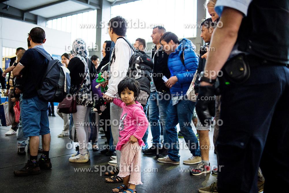 03.09.2015, Hauptbahnhof, Muenchen, GER, Ankunft von Fluechtlingen in Muenchen, im Bild Ein Bundespolizist vor einer Gruppe von akommenden Fluechtlingen. // Immigrants from the Middle Eastern countries and Africa arrived Railway station in Munich, Germany on 2015/09/03. EXPA Pictures &copy; 2015, PhotoCredit: EXPA/ Eibner-Pressefoto/ Gehrling<br /> <br /> *****ATTENTION - OUT of GER*****