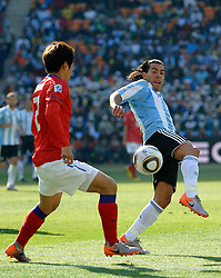17.06.2010, Soccer City Stadium, Johannesburg, RSA, FIFA WM 2010, Argentinien vs Südkorea im Bild Carlos Tevez of Argentina  tangles with OH Beom Seok of South Korea, EXPA Pictures © 2010, PhotoCredit: EXPA/ IPS/ Mark Atkins / SPORTIDA PHOTO AGENCY