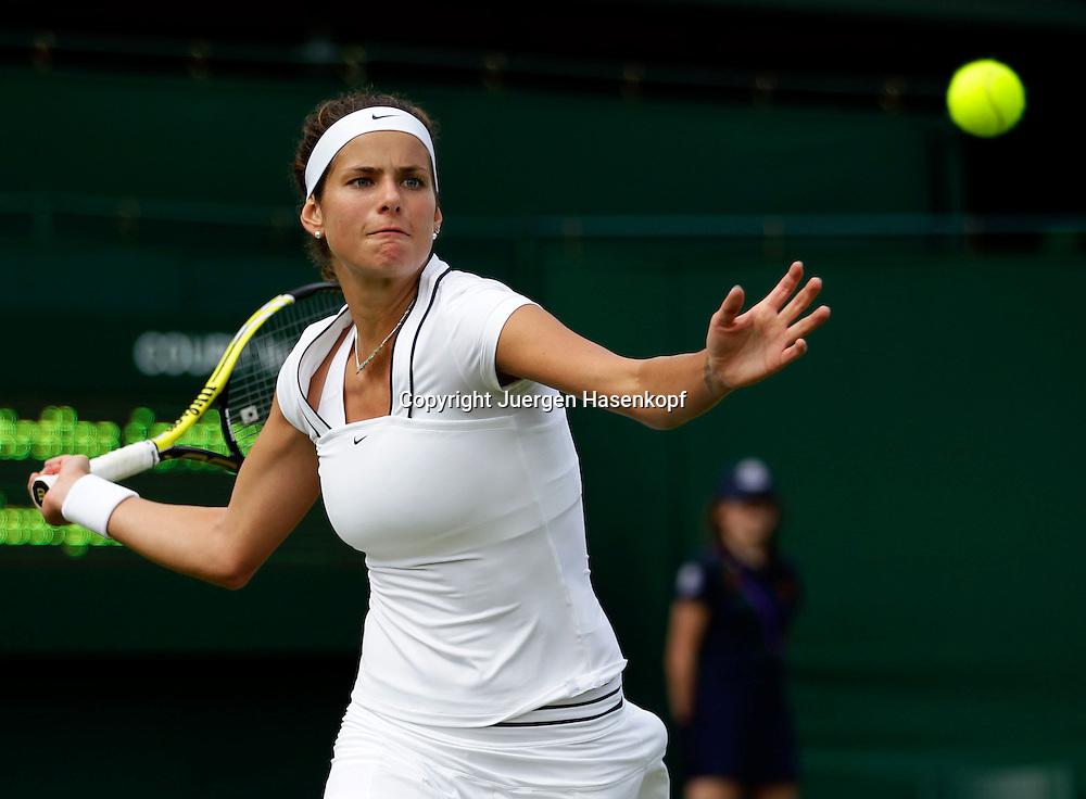 Wimbledon Championships 2011, AELTC,London,.ITF Grand Slam Tennis Tournament.Rasenturnier,.Julia Goerges (GER),Einzelbild,Aktion,Halbkoerper,Querformat,