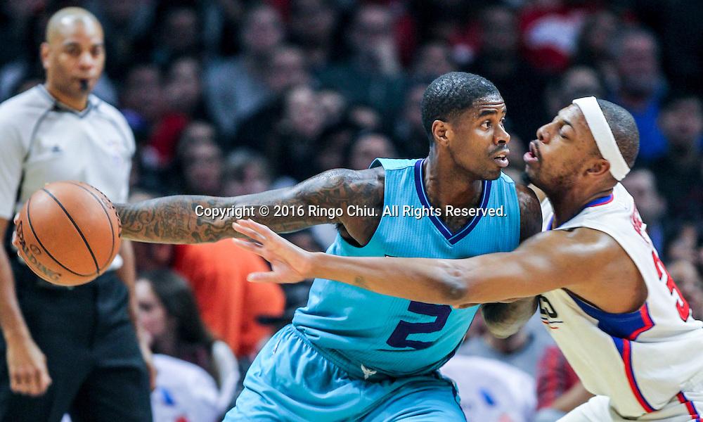 1月9日,洛杉矶快船队保罗 - 皮尔斯在比賽中防守夏洛特黄蜂队马文 - 威廉姆斯。 当日,在2015-2016赛季NBA常规赛中,洛杉矶快船队主场以97比83战胜夏洛特黄蜂队。林书豪攻下全場最高26分。 新華社發 (趙漢榮攝)<br /> Charlotte Hornets Marvin Williams defended by Los Angeles Clippers Paul Pierce during the NBA basketball game in Los Angeles, the United States, Jan. 9, 2016. Los Angeles Clippers won 97-83. (Xinhua/Zhao Hanrong)(Photo by Ringo Chiu/PHOTOFORMULA.com)<br /> <br /> Usage Notes: This content is intended for editorial use only. For other uses, additional clearances may be required.
