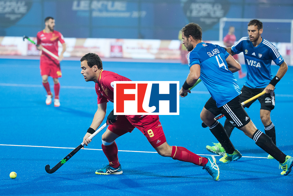 BHUBANESWAR -  Hockey World League finals ,  .Team Argentina.  Argentina v Spain (2-1).  Alvaro Iglesias (Esp)  met rechts Juan Gilardi (Arg) . Team Argentina. COPYRIGHT KOEN SUYK