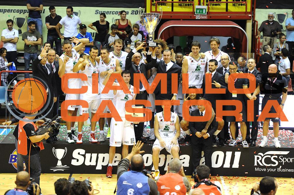 DESCRIZIONE : Forli Supercoppa Lega A 2011-12 Montepaschi Siena Bennet Cantu <br /> GIOCATORE : Team Montepaschi <br /> CATEGORIA :  Esultanza Premiazione<br /> SQUADRA : Montepaschi Siena Bennet Cantu<br /> EVENTO : Campionato Lega A 2011-2012<br /> GARA : Montepaschi Siena Bennet Cantu<br /> DATA : 01/10/2011<br /> SPORT : Pallacanestro<br /> AUTORE : Agenzia Ciamillo-Castoria/GiulioCiamillo<br /> Galleria : Lega Basket A 2011-2012<br /> Fotonotizia :  Forli Supercoppa Lega A 2011-12 Montepaschi Siena Bennet Cantu <br /> Predefinita :
