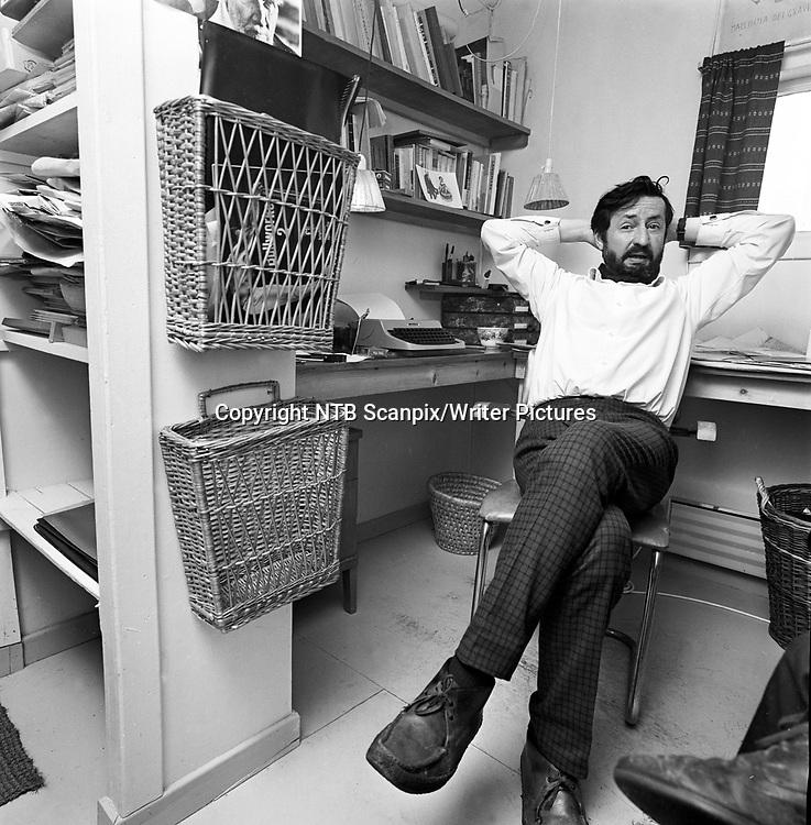 Mars 1968; Forfatter Jens Bj&macr;rneboe takker h&macr;yesterett for gratis PR for hans bok ''Uten en tr&Acirc;d'', som ble en kjempesuksess p&Acirc; salgsfronten etter at boka ble betegnet som utuktig og Bj&macr;rneboe ble d&macr;mt. Her sitter en skjeggete forfatter i sin skrivestue. <br /> FOTO; AAGE STORL&yuml;KKEN / AKTUELL / SCANPIX <br /> <br /> NTB Scanpix/Writer Pictures<br /> <br /> WORLD RIGHTS, DIRECT SALES ONLY, NO AGENCY