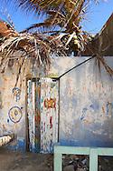 Fachada de una casa ubicada en el Gran Roque, 27-09-06. El Parque Nacional Los Roques se encuentra a 176 kilómetros al norte de la ciudad de Caracas y constituye uno de los reservorios naturales más grandes del Caribe. Con 42 islotes, es considerado el parque marino más grande de América Latina. (Iván González)