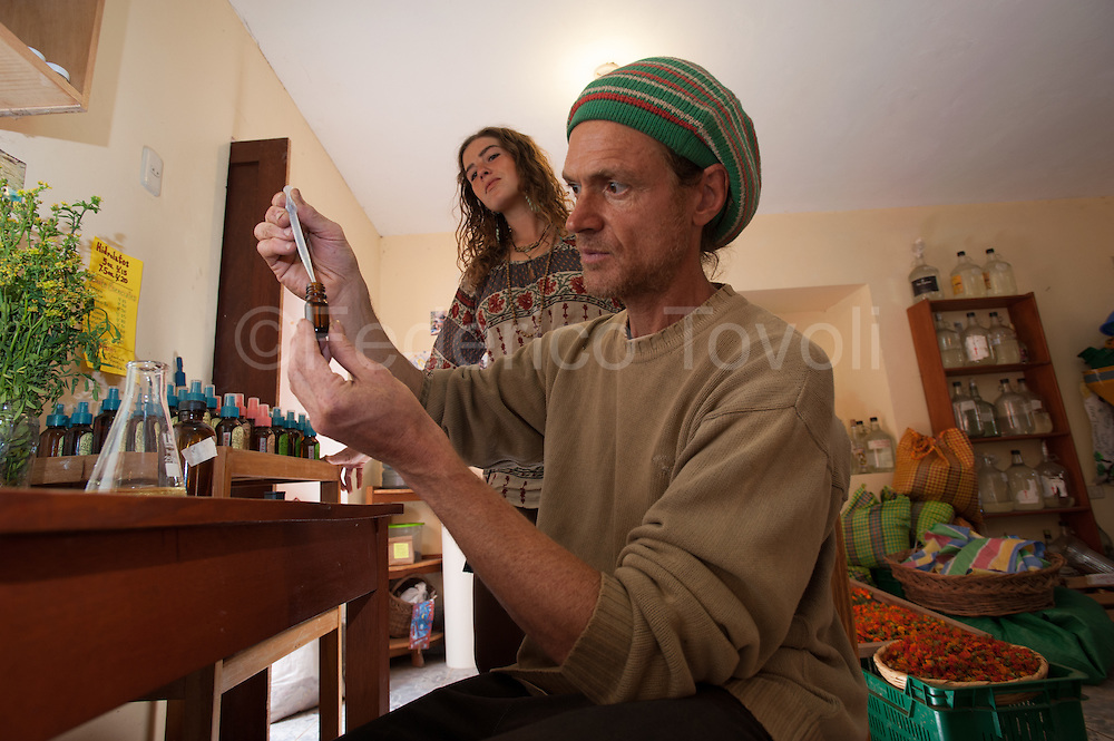 The Argentine Alejandro Trevisan is a traveler who has dedicated his life to the plants, at his home in the center of Pisac, has a small laboratory for the production of essential oils