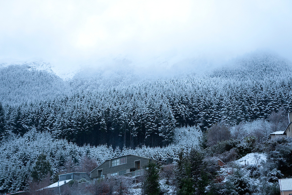 Snow blankets Queenstown suburbs, Queenstown New Zealand, Tuesday June 26, 2012. Credit:SNPA / Teaukura Moetaua
