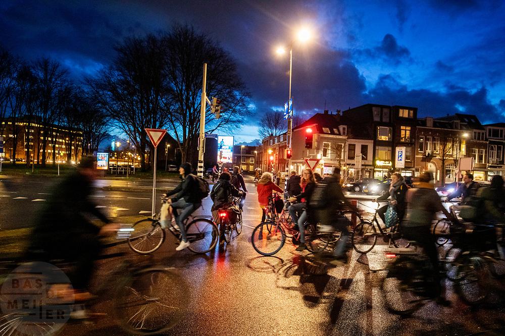 Bij een verkeerslicht in Utrecht is het druk met fietsers.<br /> <br /> In Utrecht it's crowded with cyclists near a traffic light.