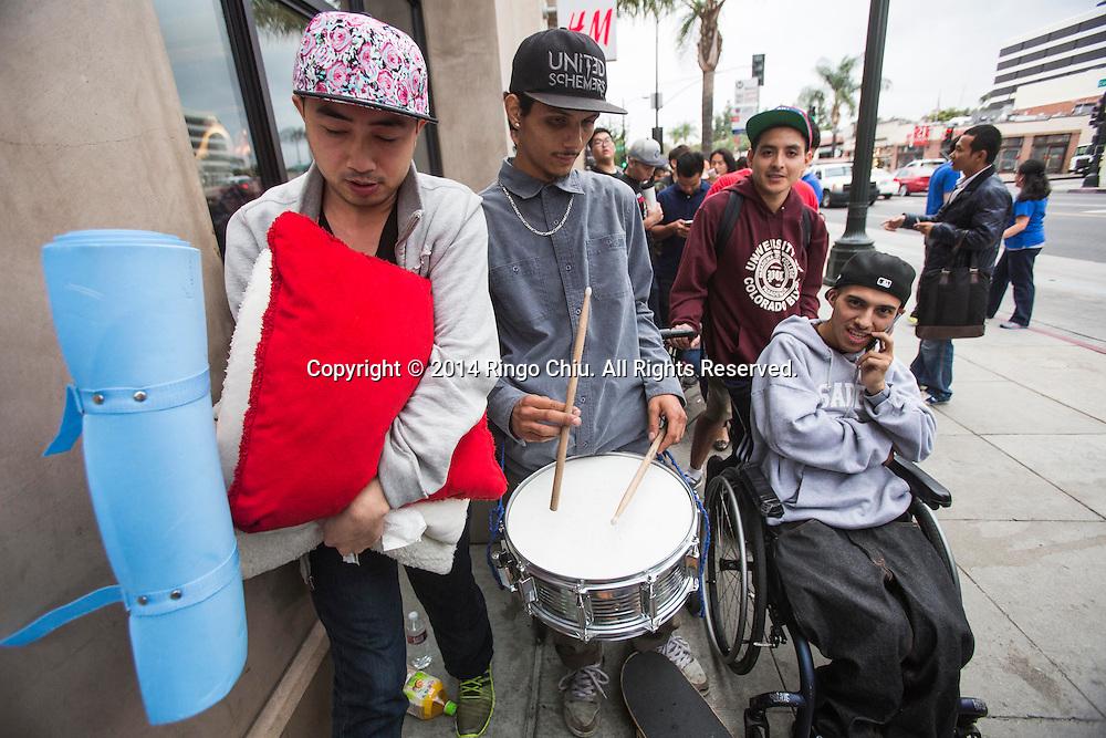 9月19日,在美國加利福尼亞州洛杉磯。上千蘋果謎在蘋果店門外排隊希望在第一時間購得iPhone 6. (新華社發 趙漢榮攝)<br /> People line up in front of an Apple store to buy the new iPhone 6 in Los Angeles, California, Friday, Sept. 19, 2014. (Xinhua/Zhao Hanrong)(Photo by Ringo Chiu/PHOTOFORMULA.com)