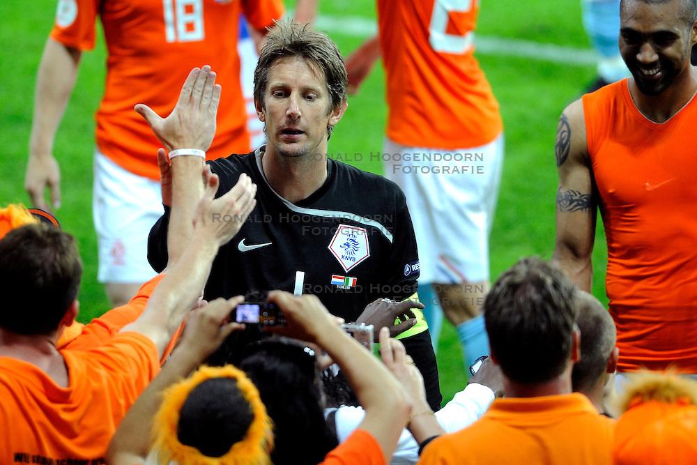 09-06-2008 VOETBAL: EURO 2008 NEDERLAND - ITALIE: BERN<br /> Nederland wint met een overtuigende 3-0 van Wereldkampioen Italie / Edwin van der Sar met zijn dochtertje<br /> &copy;2008-WWW.FOTOHOOGENDOORN.NL