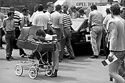 Duitsland, Berlijn, oost, 1-7-1990Op 1 juli 1990 werd de duitse monetaire eenwording effectief. De burgers van de ddr konden hun marken, ostmarken, inwisselen tegen de west-duitse mark, in winkels vond een grote operatie plaats om prijzen aan te passen en westerse producten in de schappen te leggen.  Op een autoshow van Opel vergapen de Oost duitsers zich aan de moderne westerse autos.Foto: Flip Franssen/Hollandse Hoogte