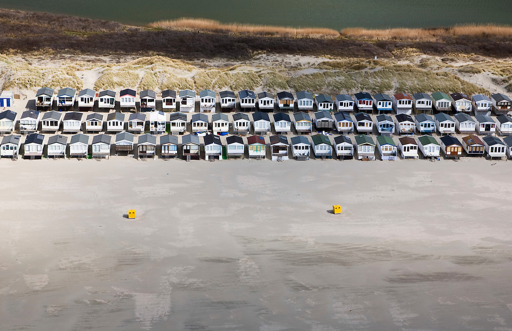 Nederland, Noord-Holland, IJmuiden, 16-04-2008; huisjes op het IJmuiderstrand, strandhuisjes, zee, dagrecreatie, nachtrecreatie ..luchtfoto (toeslag); aerial photo (additional fee required); .foto Siebe Swart / photo Siebe Swart