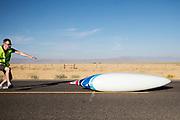 Calvin Moes valt met de Eta Prime tijdens de kwalificaties op maandagmorgen. In Battle Mountain (Nevada) wordt ieder jaar de World Human Powered Speed Challenge gehouden. Tijdens deze wedstrijd wordt geprobeerd zo hard mogelijk te fietsen op pure menskracht. De deelnemers bestaan zowel uit teams van universiteiten als uit hobbyisten. Met de gestroomlijnde fietsen willen ze laten zien wat mogelijk is met menskracht.<br /> <br /> The qualification at Monday morning. In Battle Mountain (Nevada) each year the World Human Powered Speed ??Challenge is held. During this race they try to ride on pure manpower as hard as possible.The participants consist of both teams from universities and from hobbyists. With the sleek bikes they want to show what is possible with human power.