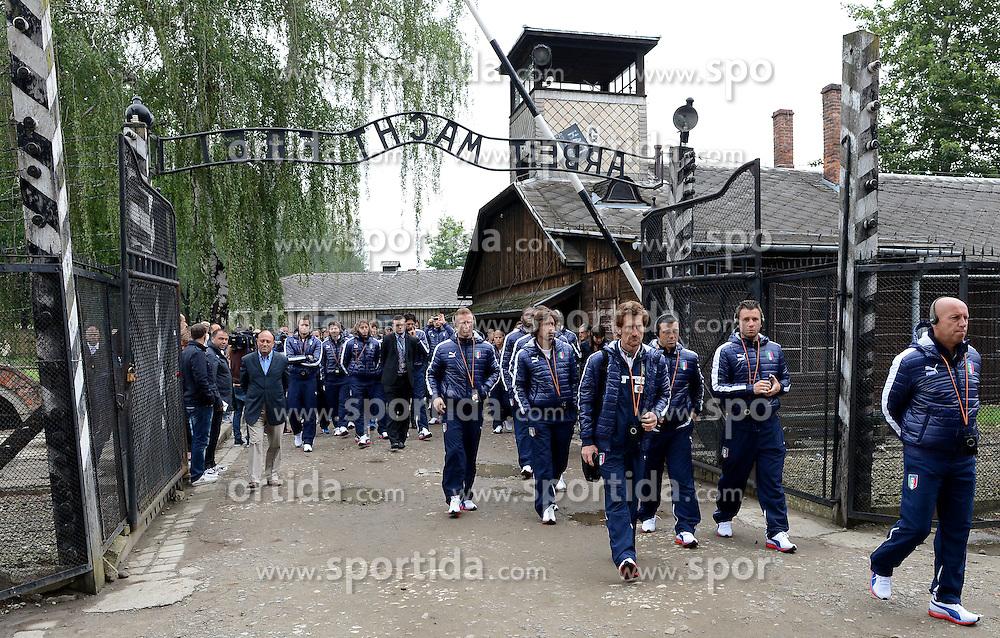 06.06.2012, NS Lager, Oswiecim, POL, UEFA EURO 2012, Italiens Nationalteam besichtigt die beiden NS Vernichtungslager Auschwitz und Birkenau, im Bild Nazionale italiana (Italia) Italy's national team visited the Nazi concentration camp Auschwitz and Birkenau // during the UEFA EURO 2012, Oswiecim, Poland on 06/06/2012. EXPA Pictures © 2012, PhotoCredit: EXPA/ Insidefoto/ Alessandro Sabattini..***** ATTENTION - for AUT, SLO, CRO, SRB, SUI and SWE only *****