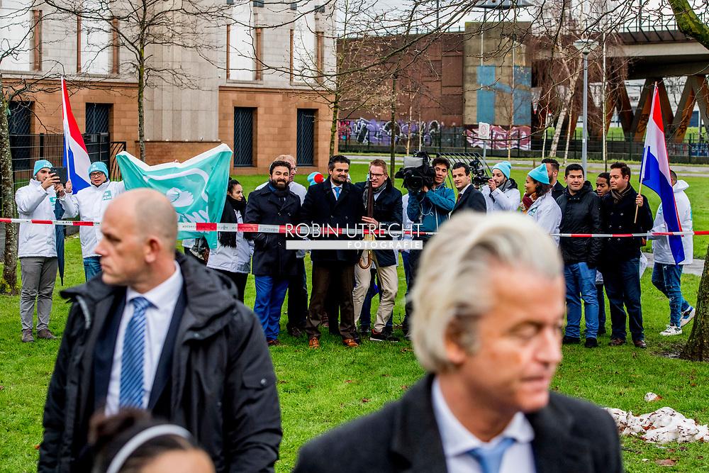 ROTTERDAM - DENK-leider Tunahan Kuzu maakt bekend dat zijn partij volgend jaar meedoet aan de gemeenteraadsverkiezingen in Rotterdam. Op de achtergrond zijn partijgenoten Selcuk Ozturk en Farid Azarkan.  Hegedus PVV-lijsttrekker in Rotterdam  Geert Wilders bij de Essalam moskee in rotterdam  Géza Hegedus voert de lijst met kandidaten aan waarmee de PVV in Rotterdam gaat meedoen aan de gemeenteraadsverkiezingen. Op plaats nummer twee staat Marjan Goncalvez. PVV-leider Geert Wilders maakte de namen van zijn twee nieuwe PVV-gezichten bekend op Rotterdam-Zuid, tegenover de Essalam moskee. ROBIN UTRECHT