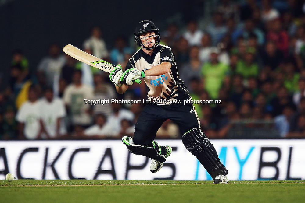 Todd Astle of New Zealand in action. ANZ International Series, Twenty-20 Match between New Zealand Back Caps and Pakistan at Eden Park in Auckland, New Zealand. 15 January 2016. Photo: Anthony Au-Yeung / www.photosport.nz