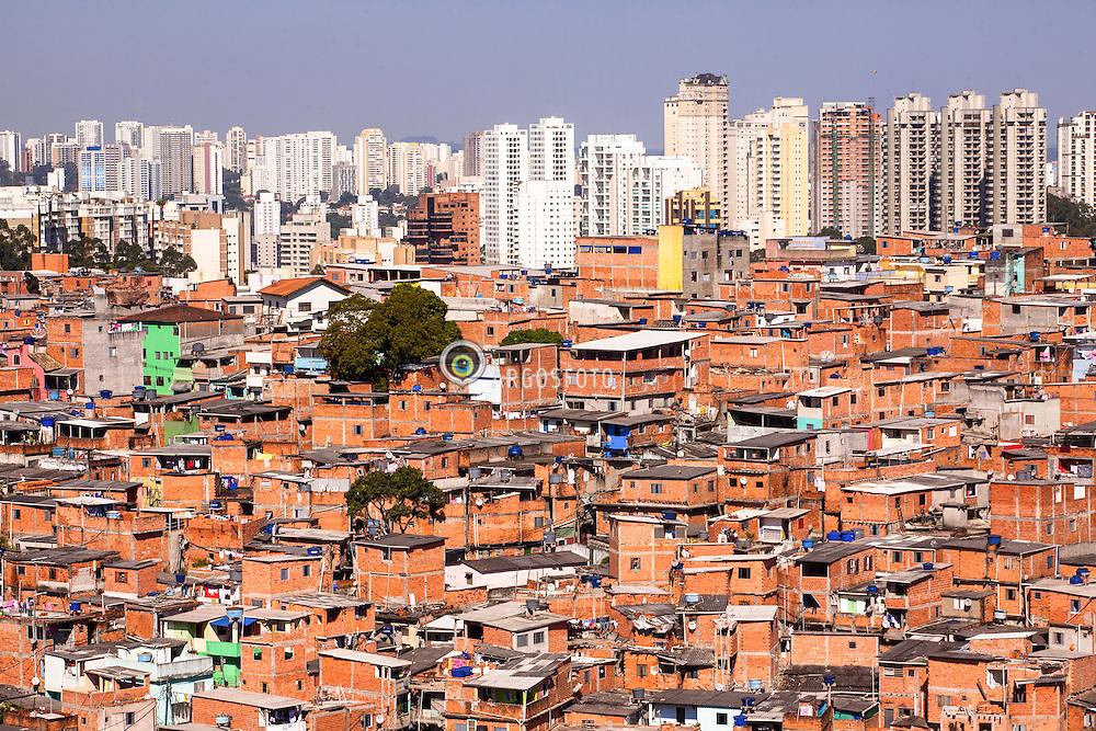 Favela de Paraisopolis, zona sul da cidade e o luxuoso bairro do Morumbi ao fundo, revelando o contraste social.// Paraisopolis Slum, south region of the city and the luxurious borough of Morumbi in the back, revealing the extreme social contrast. Claudio Rossi - SP - 2013
