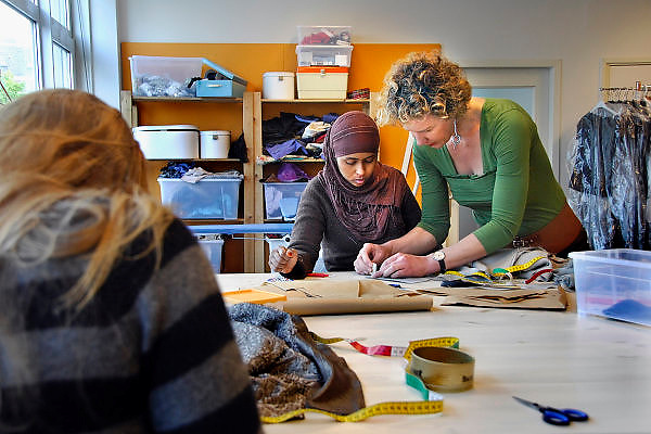 Nederland, Arnhem, 15-5-2007..Het naaiatelier van Mode met een missie. Dit project voor vrouwen die om verschillende redenen in de knel zitten, maakt kleding, door moderontwerpers ontworpen, die meedoet aan een presentatie op de mode biënale van Arnhem..Foto: Flip Franssen/Hollandse Hoogte